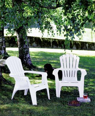 DOLOMITI fehér fotel fahatású erezettel, alacsony ülőfelülettel, magas támlával